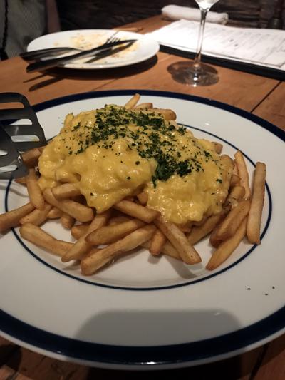 フライドポテトとトリュフ風味のとろとろタマゴ